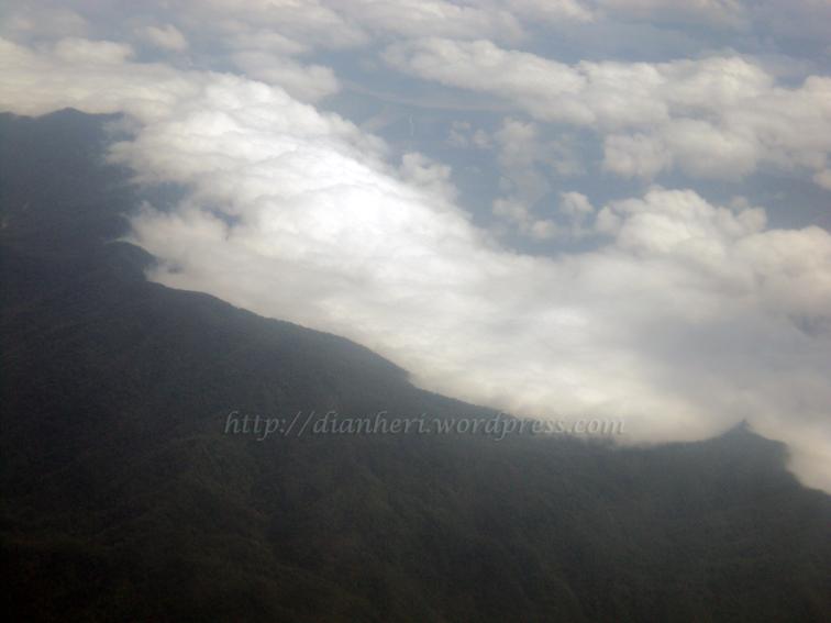 awan tidak dapat 'menyeberangi' pegunungan karena ketinggiannya...